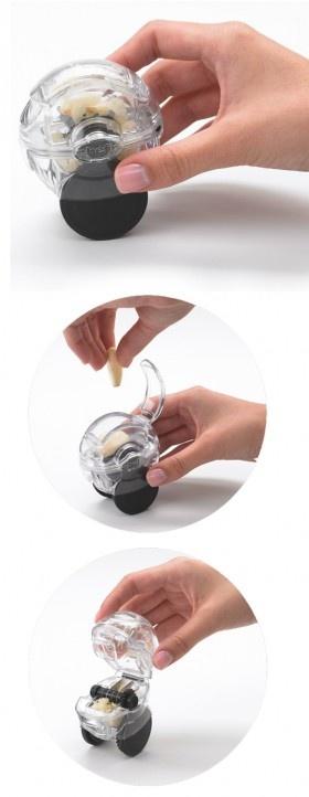 """Il trita aglio """"Zoom"""" ha una lama in acciaio inox removibile per una facile pulizia. Basta inserire lo spicchio d'aglio, fare scorrere le rotelle su una superficie e l'aglio è pronto e tritato nel giro di pochi secondi. Si può utilizzare anche per tritare pistacchi, zenzero, noci e mandorle. Lavabile in lavastoviglie."""