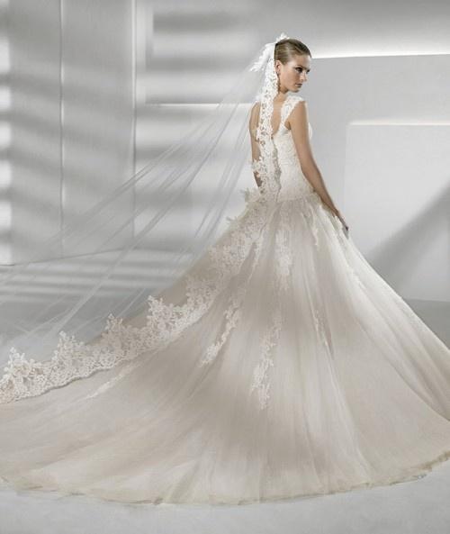 Vestido de novia de Cola larga estilo catedral de la colección Sposa 2012, indudablemente es un traje romántico.