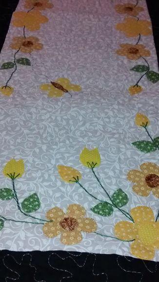 Caminho de mesa em patchwork. Tecido 100% algodão, estruturada com manta resinada, quiltada, com apliques cores a escolha do cliente. R$ 0,10