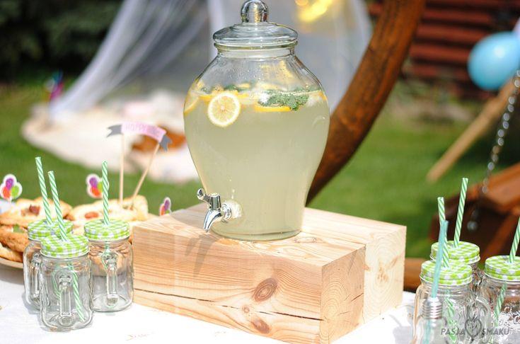 Lemoniada cytrynowa to ulubiony, wakacyjny napój! Znakomicie schładza organizm i przygotowuje się ją naprawdę łatwo. Polecam również na przyjęcia!