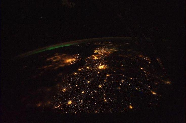 Noordwest-Europa bij nacht (met Londen, Parijs en Nederland goed herkenbaar)