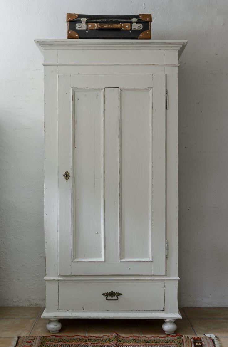 Butik Lanthandeln - Ett gammalt fint klädskåp i vitt SÅLT