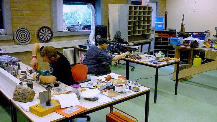 31 Okt - Repareer Café bij Florence Mariahoeve - http://www.wijkmariahoeve.nl/repareer-cafe-mariahoeve/ - Repareer Café  Het Repareer Café team zit tussen 10 - 14 uur met koffie voor u klaar om elektrische apparaten met een (klein) mankement, kleding die een nieuw naadje nodig heeft of uw fiets te repareren. Dus neem alle klusjes die in huis liggen mee en leg ze voor aan het team. Wie weet kan u uw eigen spullen weer jaren lang met veel plezier (blijven) gebruiken. U ben