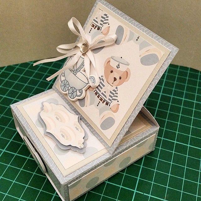 كرت وصندوق يصلح للهدايات الصغيره أو تحطين فيه فلوس كهديه أو توزيعات للمواليد أو أي مناسبات ولأنه صناعه يدويه ممكن تختاري Gift Wrapping Takeout Container Gifts