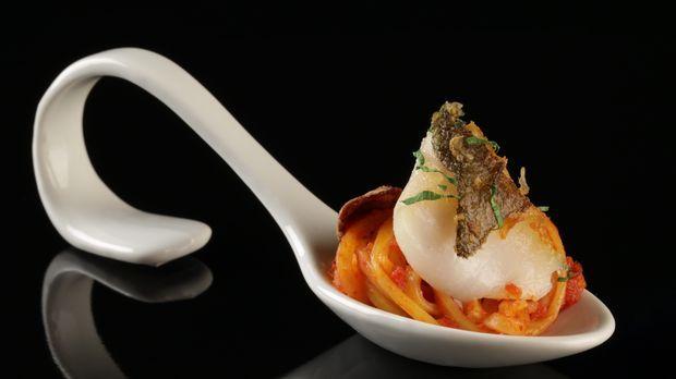 Spaghetti alla puttanesca mit einem zauberhaften Kabeljaufilet serviert Anja ihren Gästen. Das ganze Rezept gibt's auf sat1.de!