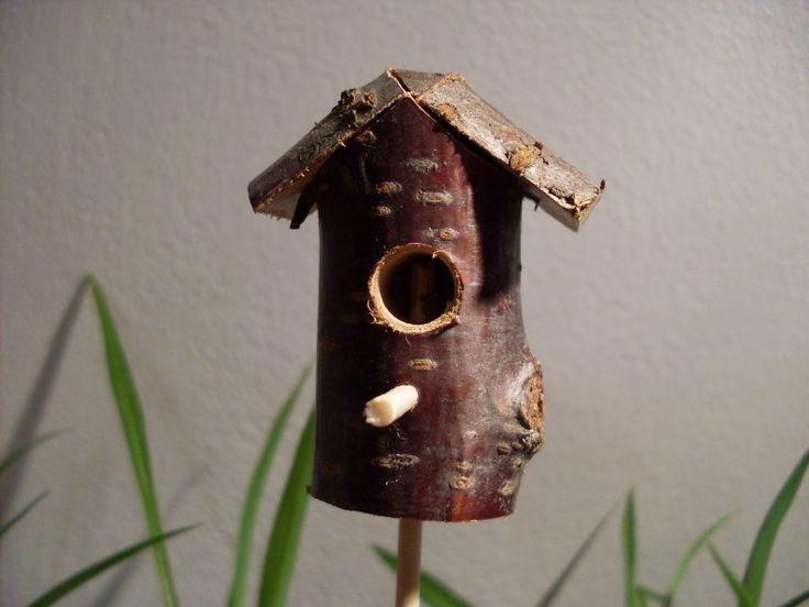 Ptačí budka lesní2 zápich do Minizahrádky Miniptačí budka o rozměrech 2,5 x 2,5 x 5,5 cm,