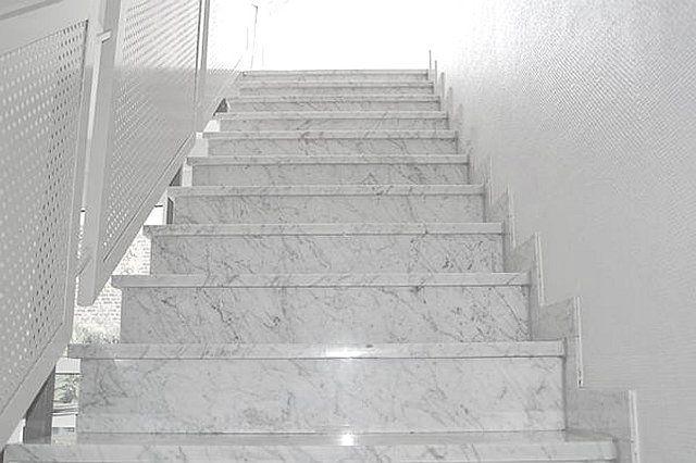 Treppe fliesen mit Naturstein | Granit & Marmor