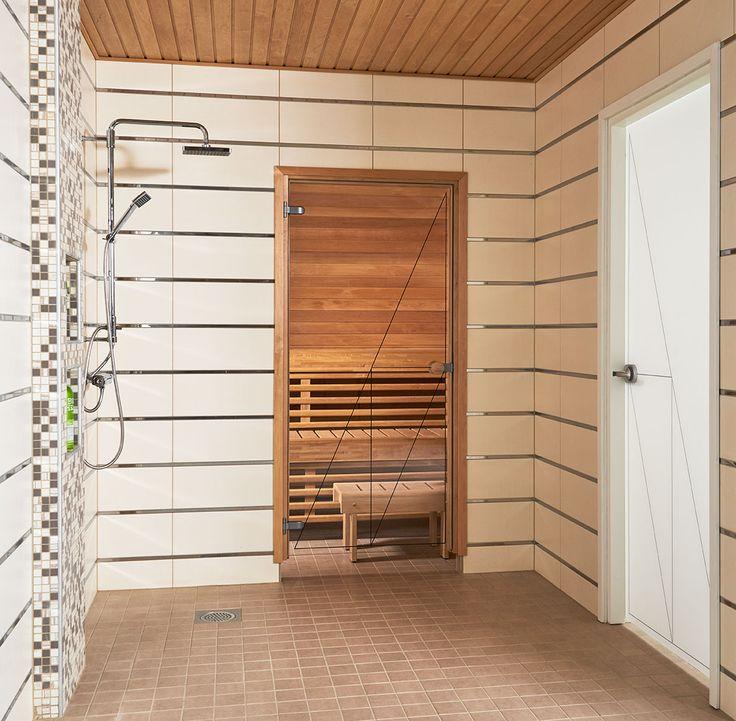 JELD-WENin saunanovi Linja, leppäkarmi ja pyöreä vedin. Kylpyhuoneenovena Spa-malliston lasiovi Linja+.
