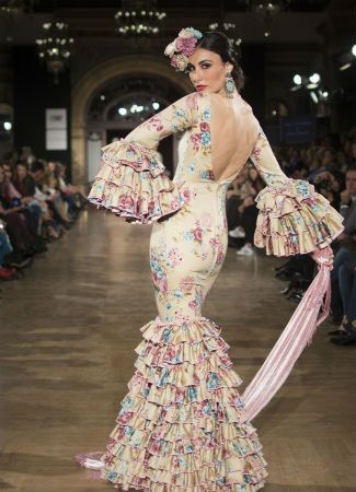 We love flamenco 2016 nos ha traído muchas tendencias de moda flamenca que repasamos una a una. Los lunares, el estampado floral, las faldas canasteras...