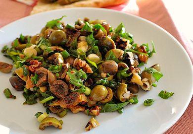 [Toplam:13 Ortalama:3.7/5] Zeytin Piyazı Tarifi, zeytinin kahvaltı dışında da harika şekilde tüketilebileceğinin kanıtı. Sarımsak, ceviz ve zeytinin baş rollerde