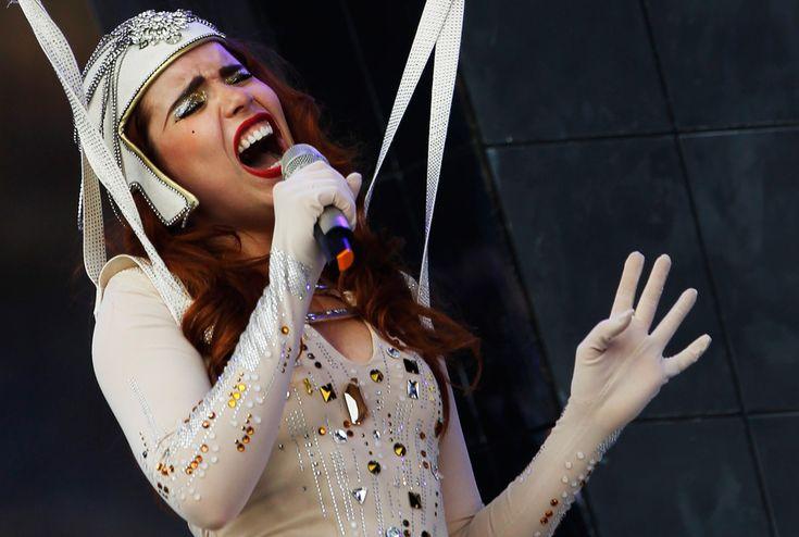 Палома Фейт выступает на фестивале Гластонбери 2010 27 июня. (REUTERS/Luke MacGregor)