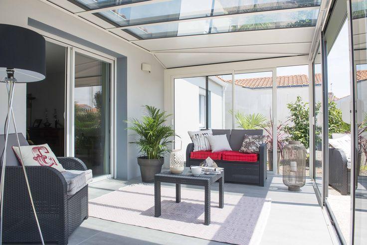 Des panneaux vitrés pour laisser entrer la lumière dans votre #véranda ! #verandaallure