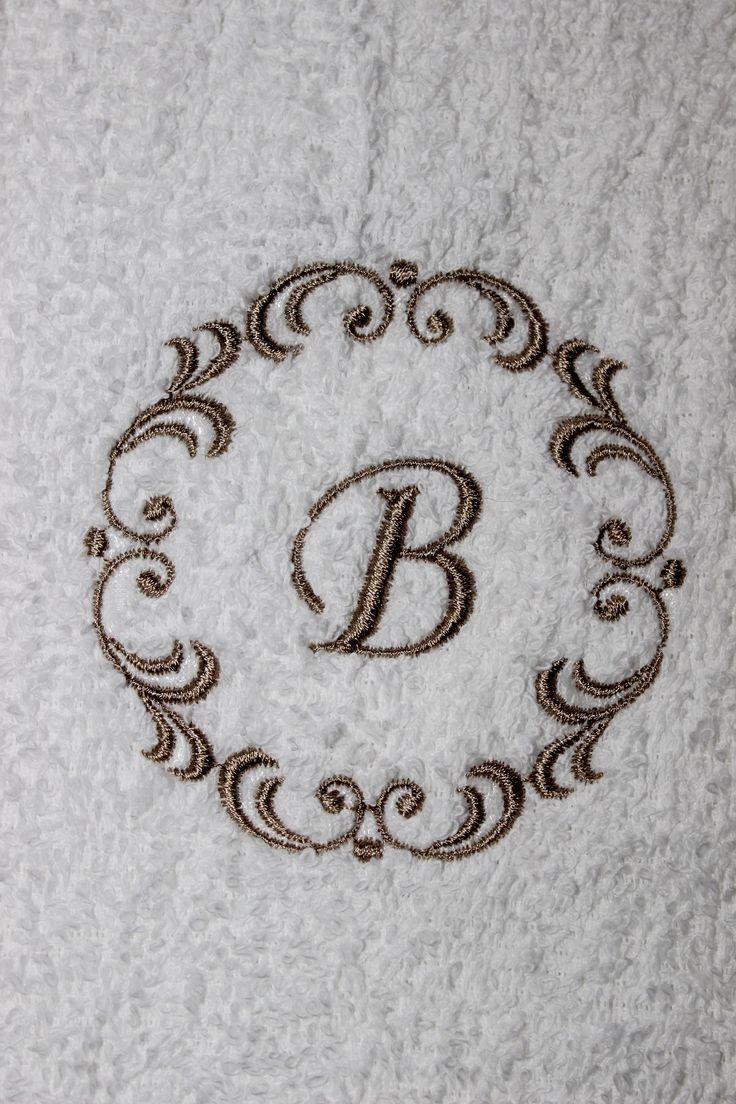 Badekåper med nydelige broderte motiv, og monogrammer. Vi har også personlige servietter, håndklær, og forklær med eget monogram til dåp, bryllup, hytten, båten etc. Skriv inn ønskede bokstaver og bestill direkte i vår nettbutikk.