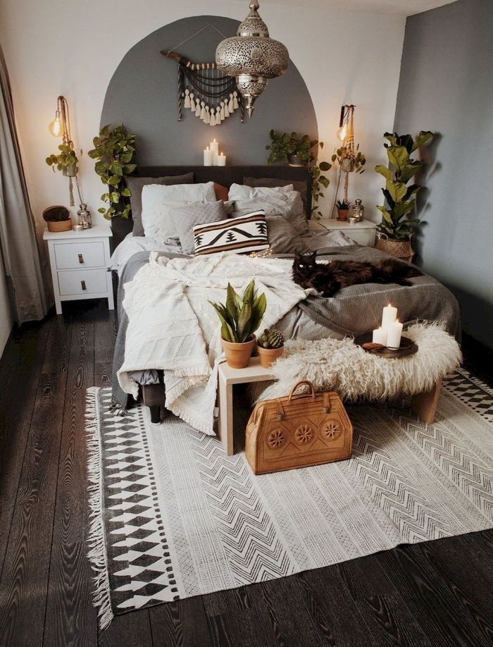 exemple de deco chambre boheme avec objets ethniques piece aux murs blancs avec deco pan de mur en gris et parquet fonce