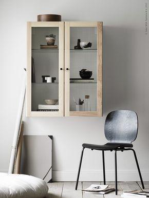 Skräddarsy en egen möbel. Här har vi gjort ett vägghängt skåp av METOD köksstomme och TORHAMN vitrindörr i massiv ask med sirligt trådbundet glas. SVENBERTIL stol i svartbetsat matt träfanér med svarta BRORINGE ben, så snygg att se och sitta på, det är månadens bästa tips!