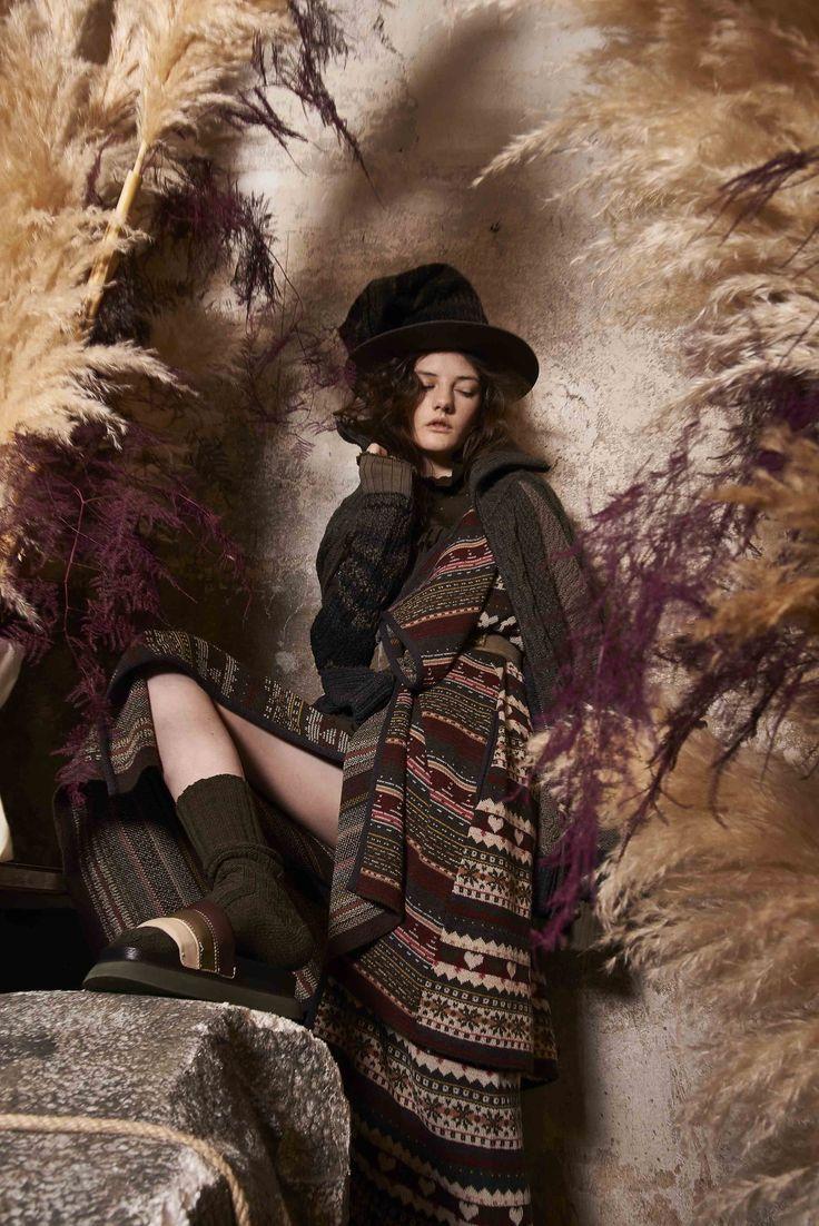 Guarda la sfilata di moda I'm Isola Marras a Milano e scopri la collezione di abiti e accessori per la stagione Pre-Collezioni Autunno-Inverno 2017-18.