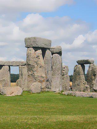 """England er naturligvis meget mere end London. Blandt andre store seværdigheder han nævnes Hadrians mur, der blev bygget som en nordlig grænse for romerriget. Det oldgamle stenmonument Stonehenge, der emmer af mystik og histore og har gjort det siden de blev rejst for næsten 5.000 år siden. Besøg også Englands fantastiske """"Lake District"""", der er Englands største nationalpark med et væld af bjerge, bakker og naturligvis søer."""