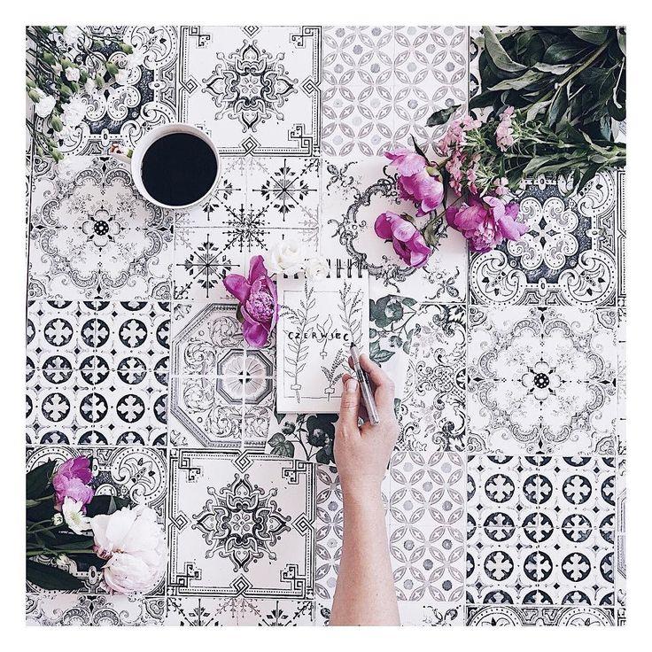Czerwiec będzie u mnie stał pod znakiem botanicznych rysuneczków i zabaw z literkami. Jest szkicownik jest cienkopis i jest mega zapał żeby zacząć tworzyć takie małe formy.  Także tego - czerwiec  ________ #flatlaypoland #flatlayoftheday #handsinframe #flowers #tv_living #tv_flowers #coffeecup #coffeegram #doodles #doodle #botanical #marocco #tiles