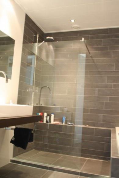Deels geregeld, randje van het bad doorlopen, kleine doorloop voor douche