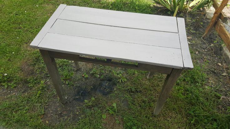 premiere etape de retapage de cette jolie table venant du BHV rue lejeune retrouver dans un debarras