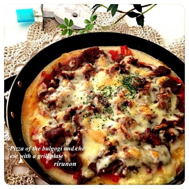 フレッシュトマトのみじん切りとコストコのプルコギビーフにチーズをたっぷりかけたプルコギピザを作りました 美味しすぎてヤバい!! プルコギビーフって味が結構しっかりついてるからピザにしてチーズたっぷりかけることでちょうど良くなる(๑´▿`๑)♫•*¨*•.¸¸♪✧ あっという間に完食 - 219件のもぐもぐ - グリルプレートでプルコギピザ by りるのん