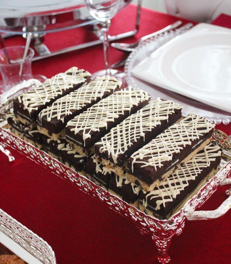 Tereyağlı damla çikolatalı kurabiye tabanlı, arası oreolu, üzeri bol çikolatalı bir brownie ile tamamlanmış, beyaz çikolata ile lezzetlendirilmiş şahane bir tarif Kurabiye tabanı; 125 gr tereyağı (oda sicakliginda) 1 su bardagi toz seker 1 yumurta 2,5 su bardagindan un 1 tatli kasigi nescafe Yarim su bardagi damla cikolata 1 paket vanilya Oreo Brownie malzemeleri; 200 gr tereyağı 2 paket bitter çikolata 1 su bardağı un 3 yemek kaşığı kakao 3 yumurta 1,5 su bardağı pudra şekeri Hazırl...