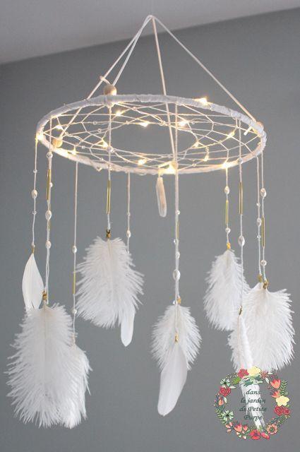 Attrape reves - Capteur de rêves - Dreamcatcher lumineux Style boheme, tons balnc, plumes et perles. guirlande électrique. Déco mariage, salon, chambre. Naissance, veilleuse, mobile, enfants.