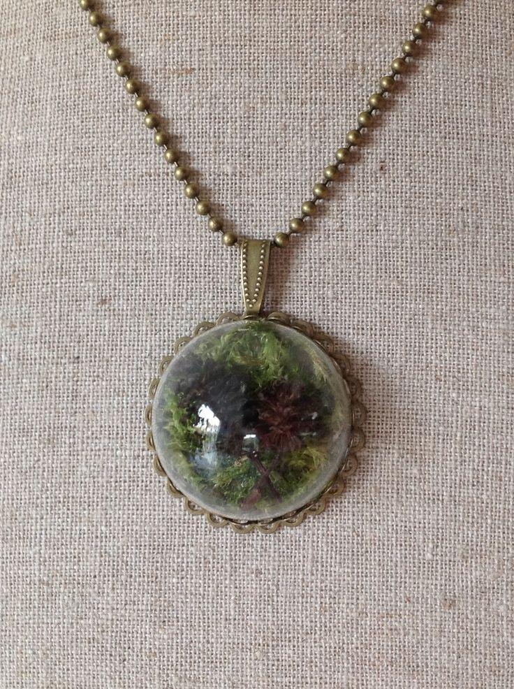 """Collier sautoir """"forêt miniature"""" sous son dôme en verre, mousse végétale naturelle et pommes de pin"""