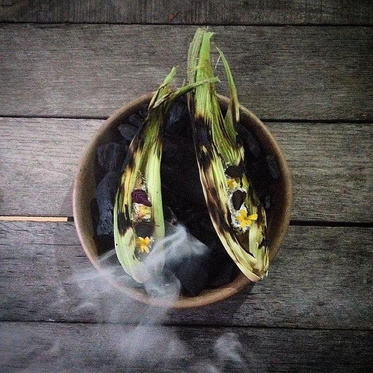 Snack inspirado en la comida callejera de México. Elote  baby tetemado mayonesa  de huitlacoche queso añejo y flores conservadas @maizalcocina #venacomer #puebla #pueblaesmidestino #visitapuebla #mexico #visitamexico #chefstalk #mexicoesgourmet #chefstalk #theartofplating #cookniche #theartofplating #cmexicana #organic #maizal by maizalcocina