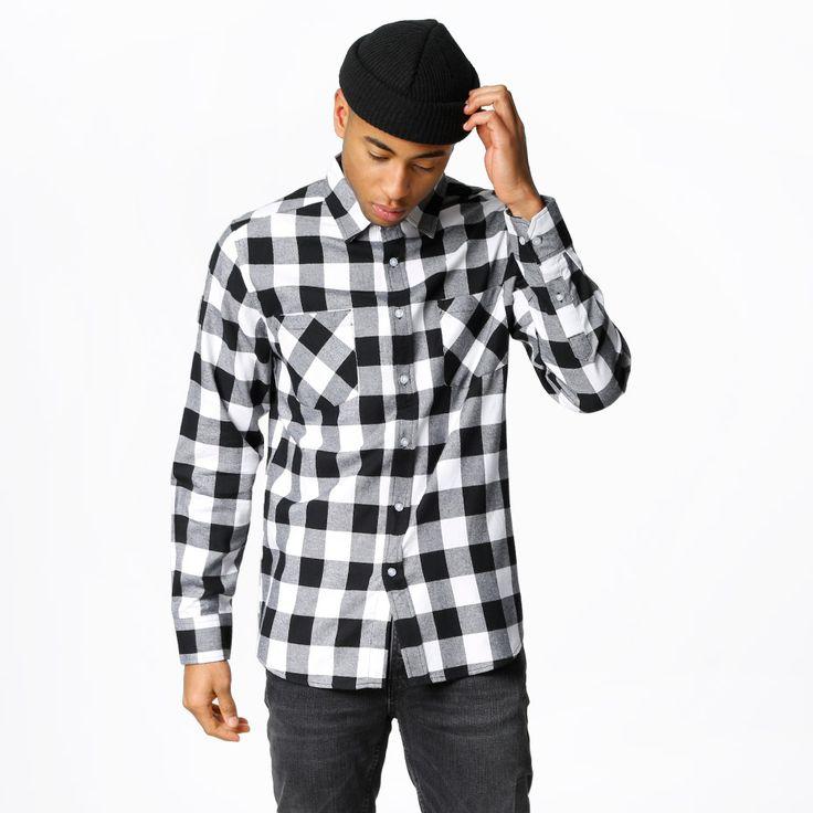 Flanellskjorta från Urban Classics. Material: 100% Bomull. Modellen är 182 cm och han är fotad i XL.