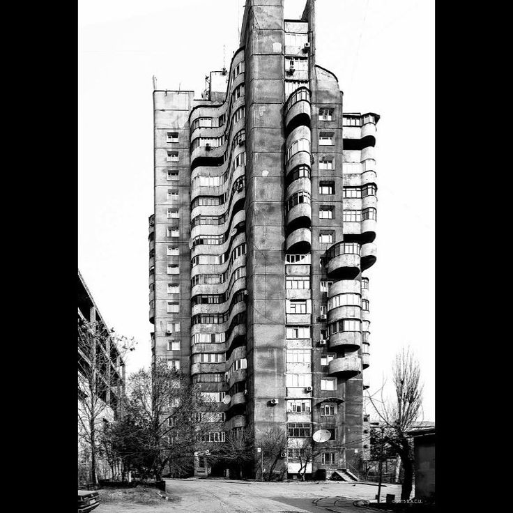 Jaren 80 sovjet-architectuur uit Kirgizië. Deze 18 verdiepingen tellende woontoren staat in Bishkek om precies te zijn. Het komt van de handen van het Frunzegorprojekt bestaande uit B. Lebedev I. Kombarbayev A. Nezhurin M. Baybekov en Ya. Grinshtein.