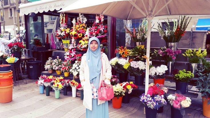 kak Eka di Kios kios bunga di La Rambla  #OriflameID #GoldCruiseORIFLAME2014 #dBCNatGoldCruise
