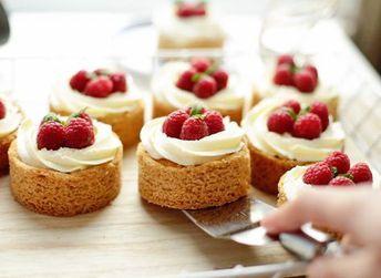 Het is bijna weekend en dat betekent dat we weer lekker gaan bakken. Thuis taart bakken is overigens heel eenvoudig, je mixt alle ingrediënten van het recept goed samen, bakt de taart af in de oven en…