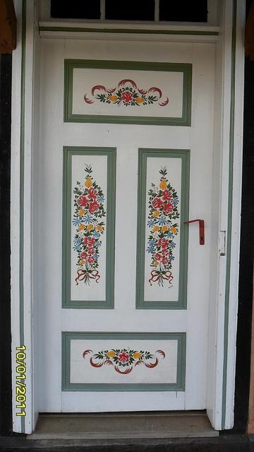 Linda Porta pintada à Mão - Bauernmalerei by Valéria C., via Flickr