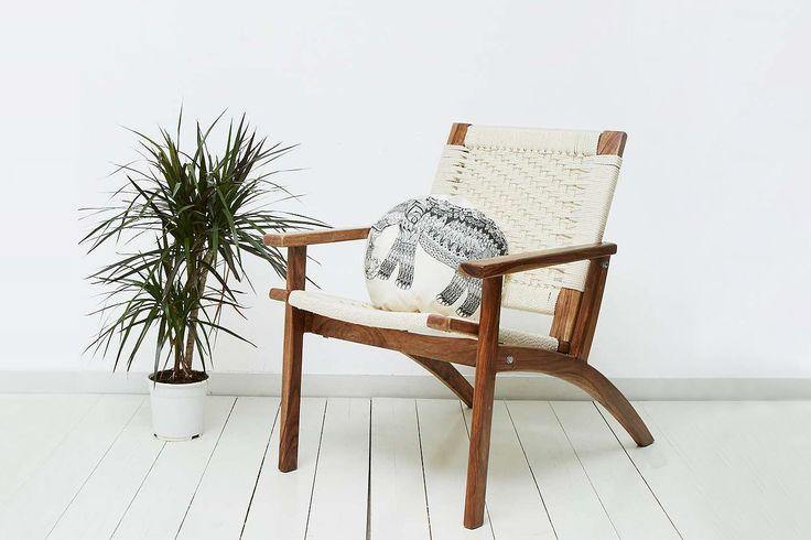 Avec sa structure en bois et son tissage délicieusement rétro, cette chaise nous donne immédiatement des envies de bain de soleil. On se voit déjà sous un parasol, un cocktail à main rêvant de Palm Spings. Chaise Tissée, 459 € Urban Outfitters