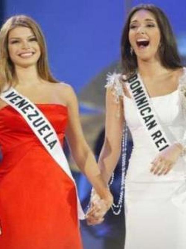 Miss Venezuela y Miss Republica Dominicana  el Top 2 del Miss Universe 2003... Osmel Sousa accedió a entrenar a Amelia Vega, Miss República Dominicana, durante una semana en Caracas.