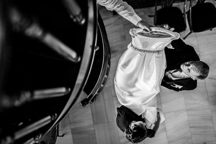Boda en Hervás, Cáceres, Johnny García, fotógrafo de bodas en Extremadura, Ester y Juan Luis , 2015, los padres de ester cogen el vestido de la novia