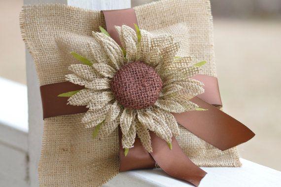 Esta almohada rústico es ideal para una boda de otoño! Está hecha de arpillera y cuenta con un girasol de arpillera y la cinta. La cinta puede ser aduana pedida para que coincida con su decoración. Mide 8 x 8. Accesorios no incluidos. Para preguntas, por favor me conversar! Nos