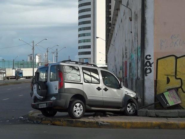 Veículo vai parar em cima da calçada de avenida no Recife após colisão Batida ocorreu na tarde deste sábado (27), no Cais José Estelita. Parte dianteira de um dos automóveis ficou destruída; não houve feridos. Um veículo, modelo Doblo, subiu uma das calçadas da Avenida Cais José Estelita, no bairro de São José, centro do Recife, após colidir com um Corolla na tarde deste sábado (27). O acidente ocorreu por volta das 14h e foi registrado  27/04/2013 17h09  (Leia [+] clicando na imagem)