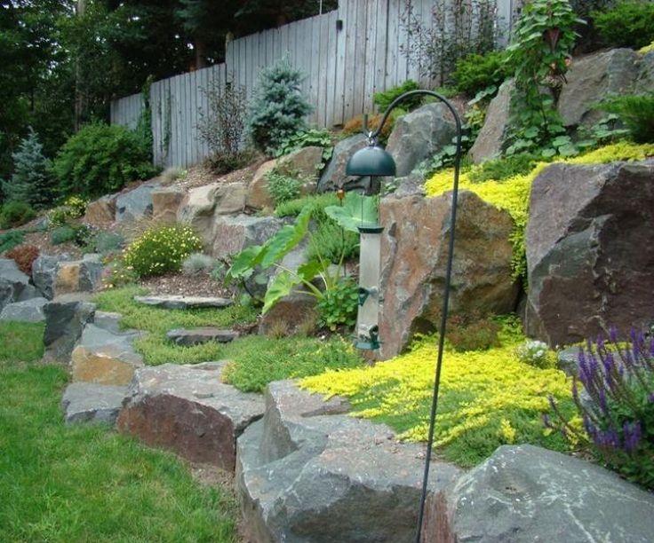 aménager son jardin en pente avec terrasses en pierre et plantes tapissantes