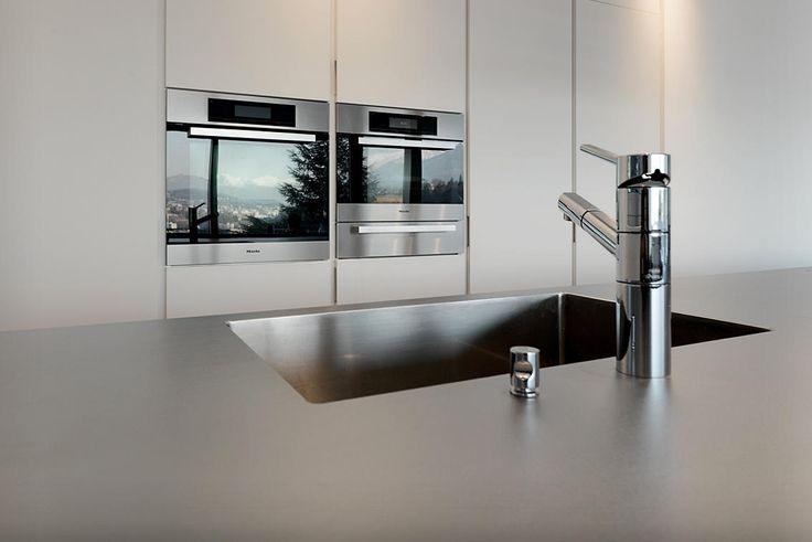 Cucina su misura Plus, prodotto esclusivo lacasa di Mendrisio. Cucina Varenna Matrix con piano in acciaio Suter icedesign.