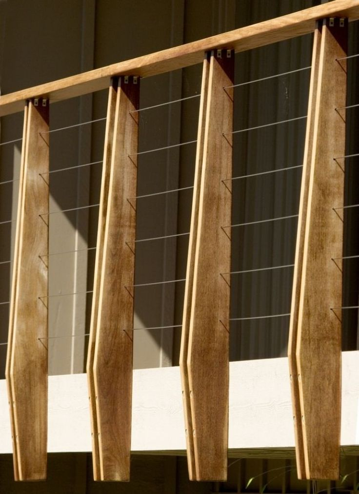Balkongeländer - Pfosten aus Holz mit Drahtfüllung                                                                                                                                                                                 Más