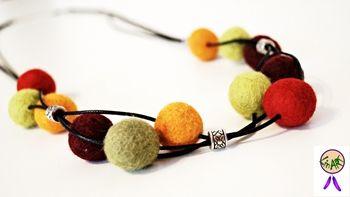 http://allegro.pl/naszyjnik-filcowe-kulki-i5893813047.html  FILCOWE KULKI w kolorach jesieni: pomarańczowy, zielony, brązowy, czerwony i bordo, zamocowane na czarnym bawełnianym, woskowanym sznurku. Przeplatane srebrnymi koralikami modułowymi z celtyckim wzorem. Długość ok 47 cm.
