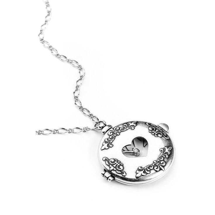 """Halsketting """"Disney Couture - Alice in Wonderland Pocket Watch"""":  - uit de Alice in Wonderland collectie van Disney Couture - zilverkleurige ketting gemaakt van nikkelvrij metaal met 14 karaat wit bladgoud en hanger in de vorm van een (niet werkend) zakhorloge - diameter: 4 cm - lengte van de halsketting: 68 - 74 cm (verstelbaar) - haaksluiting - versierd met ornamenten en de woorden """"Made with care in Wonderland"""" - hanger kan worden geopend en heeft een magneetsluiting -..."""