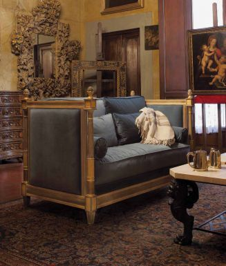 Диван и журнальный стол для гостиной в классическом стиле