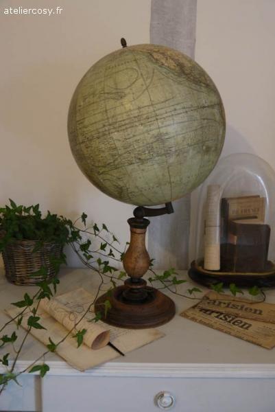 Mappemonde ancienne Brocante de charme atelier cosy.fr