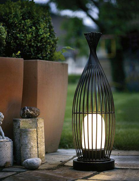 Světlo jako designový kousek – venkovní  Lorena z pozinkované oceli v barvě antické hnědé. Je vysoké 58 cm a váží 3,35 kg (nehrozí převrhnutí ve větru). Krytí IP 54, cena 3090 Kč; eglo