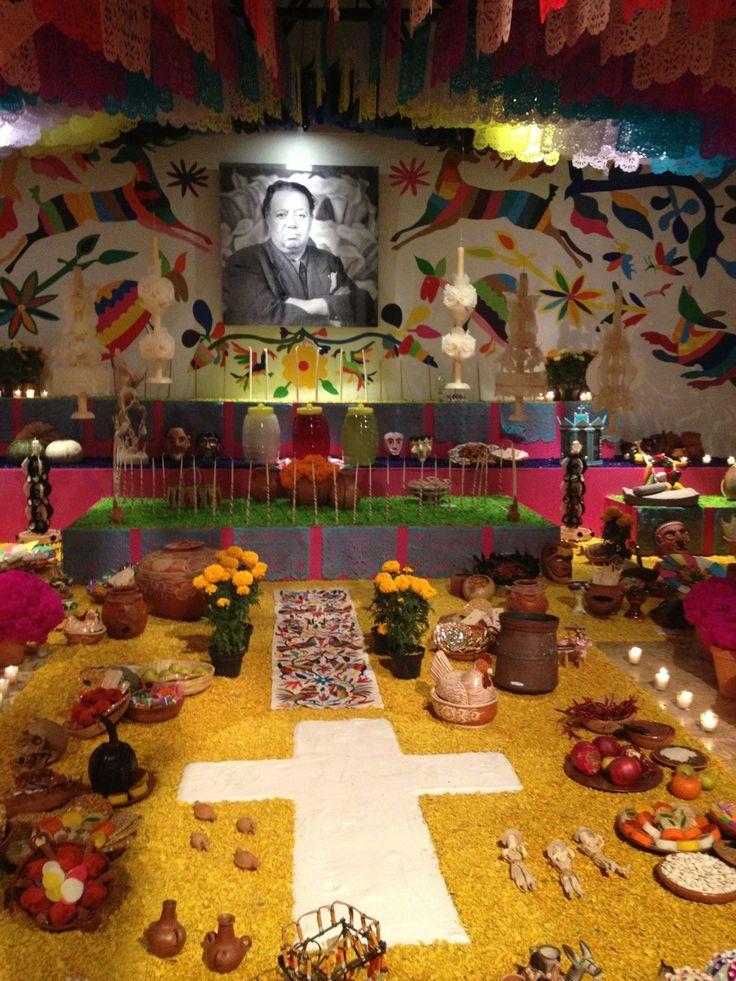 All things Mexico.Ayer se inauguró la ofrenda del Museo Diego Rivera - Anahuacalli. Es una de las ofrendas de mayor tradición en la Ciudad de México. Este año, además de estar dedicada a Diego Rivera, está dedicada al Estado de Hidalgo. Hay exposición de tenangos y de arte popular hidalguense. Vale mucho la pena que se den una vuelta