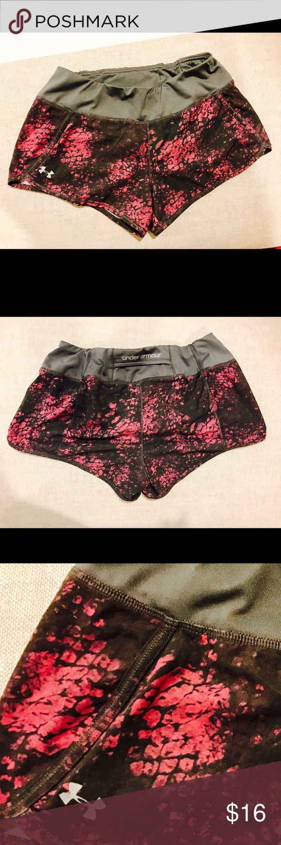 Under Amour Shorts w/ Liner This is a nice pair of Under Amour heat gear shorts size small with a built in liner and back pocket. They are a fun patten and in very good condition! Under Armour Shorts