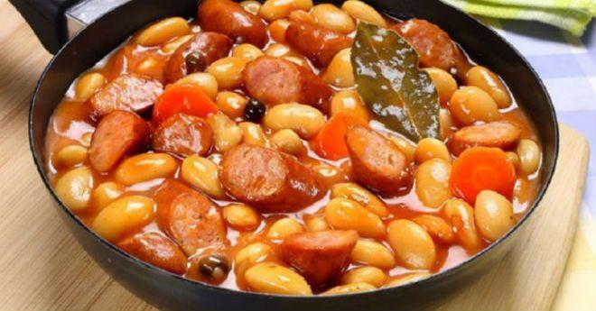 Ингредиенты: Фасоль — 300 г Охотничьи сосиски — 4 шт. Морковь — 1 шт. Лук — 1 шт. Консервированные помидоры — 240 г Подсолнечное масло — 20 мл Соль по вкусу Черный перец (молотый) по вкусу Паприка по вкусу Лавровый лист по вкусу Приготовление: Залейте фасоль холодной водой и оставляем, минимум на 6 часов. Затем …